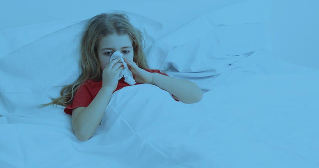 meisje met loopneus in bed